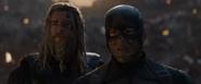 Thor y Rogers ven la muerte de Stark