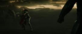 Thor a punto de atacar a Malekith con el Mjolnir