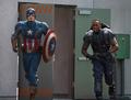 Capitan America y Falcon preparandose
