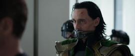 Loki escucha la discusión entre Thor Stark y Pierce