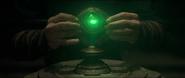 Strange pone el Ojo de Agamotto en el pedestal