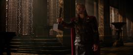 Thor le entrega su martillo a Odín
