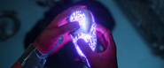 El Hombre Araña sosteniendo un nucleo chitauri