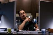Stark viendo noticias de fiesta