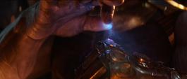 Thanos coloca la Gema del Espacio en el Guantelete del Infinito