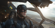 Capitán América volando en un Quinjet