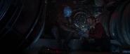 Nebula le ofrece a Stark algunas raciones de comida