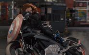 Romanoff conduce moto con escudo del Cap