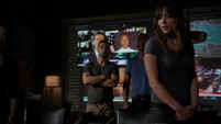 Skye descubre las tallas de Coulson