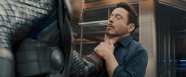 Thor agarra a Tony