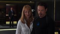Potts le dice a Stark que Coulson habla en serio
