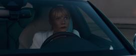 Potts llega en su auto a la mansión