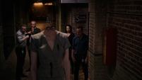 Aida es decapitada por Mackenzie