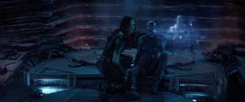 Gamora de 2014 viendo los hologramas