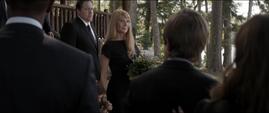 Potts le sonríe a los asistentes del funeral