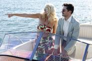Stark con una chica en un bote
