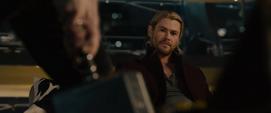 Thor observa a Rogers con su martillo