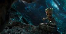Groot señalando un botón rojo