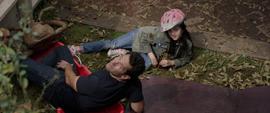 Scott y su hija en el jardin - AAW
