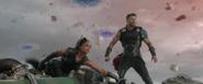 Thor y Brunnhilde derriban las naves