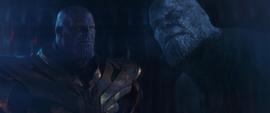 Thanos viendo el holograma de su contraparte del futuro
