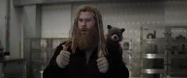 Thor viendo a Banner dominar el Nano Guantelete