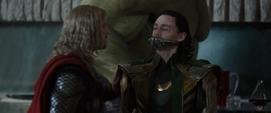 Loki recibe un bozal por Thor