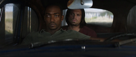 Barnes y Wilson esperando en automóvil