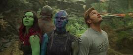 Gamora y el equipo observan a una nave aterrizar