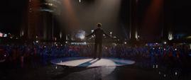 Tony Stark haciendo su presentacion en la Stark Expo