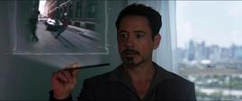 Tony viendo video del Hombre Araña