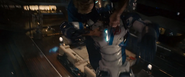 Rogers se pone encima del robot