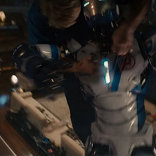 Rogers se pone encima del robot.png