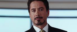 Tony Stark revelando ser Iron Man