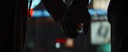 Barton y Romanoff se toman de las manos