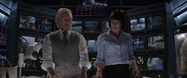 Hope y Henry mirando los planos del tunel cuantico - AAW