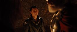 Loki viendo la discusión de Thor y Odín