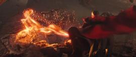Strange lanza ataque contra Thanos