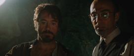 Stark y Yinsen miran los planos