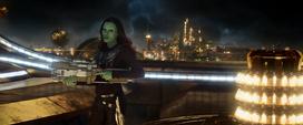 Gamora usando un arma