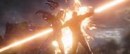 Stark y Potts disparan a los enemigos