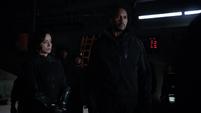 Johnson y Mackenzie a punto de ir a rescatar a Fitz y Simmons