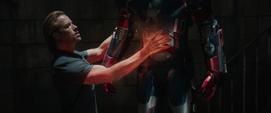 Killian calienta la armadura de Rhodes