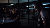Skye informa al equipo sobre la búsqueda de la Ciuad Kree