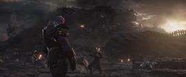 Thanos observa a sus aliados desintegrarse