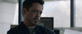 Stark leyendo la carta de Rogers