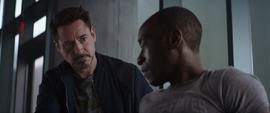 Stark ayudando a Rhodes