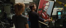 Potts y Stark con un cuadro de Iron Man