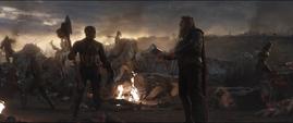 Rogers y Thor a punto de intercmbiar armas