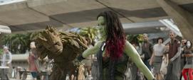 Gamora corta el brazo de Groot